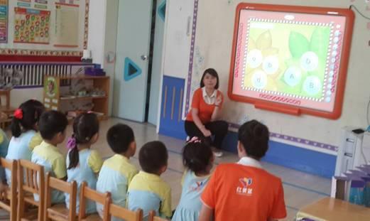"""北京红黄蓝幼儿园国际班现代化课堂教学   """"过去传统的教学是老师在上面讲为主,孩子互动性会少一些。""""ABC外语培训中心老师说,""""而现在老师省去了在上面写的时间,就有更多时间去跟孩子互动,更多时间去观察注意到每个孩子,包括孩子可以上来自己亲手点一下白板,触摸一下,可能他一摸就出声了,感觉特别棒。""""   北京红黄蓝幼儿园老师也有着同样感受:""""使用幼教白板上课以后,小朋友很容易被生动有趣的白板课件吸引,注意力更加集中。""""北京红黄蓝幼儿园老师介绍说"""