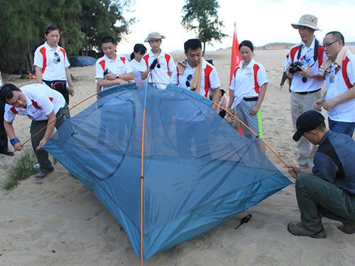 教练讲解搭帐篷的步骤
