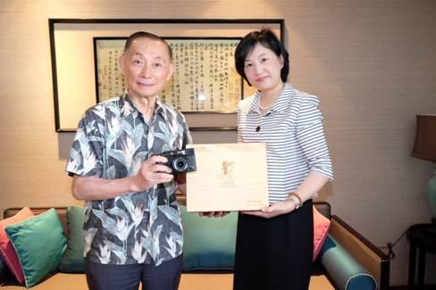 富士胶片向梅兰芳传人捐赠纪念版相机
