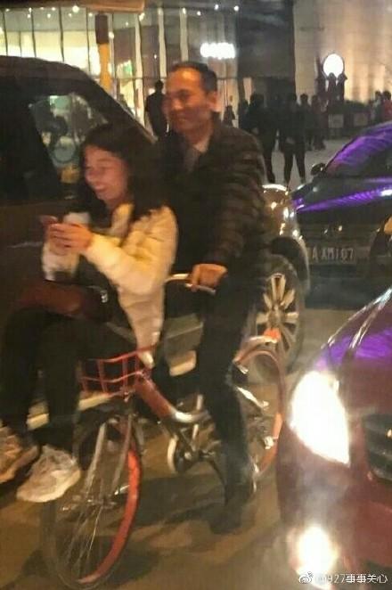 车筐当儿童座椅 盘点共享单车载人新高度