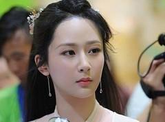 杨紫霸气回怼 微博上热搜榜首 你家这么照脸不变形