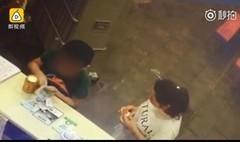 8岁孩独自吃火锅 男孩成网红 看吃火锅都点了啥