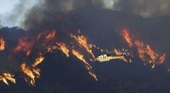 洛杉矶山火爆发 历史最大 进入紧急状态 直升机灭火