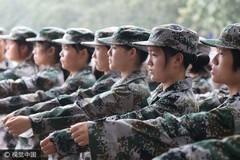 郑州大学女神教官 女教官训练女学员 方便纠正动作