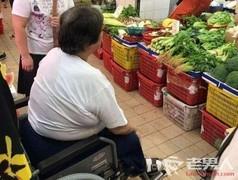 洪金宝坐轮椅买菜 最灵活的胖子 霸气