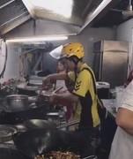 外卖小哥自己炒菜 为顾客快速配餐练就了全栈送餐员