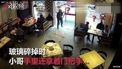 外卖哥撞碎玻璃门 送餐很着急 撞后呆了10余秒