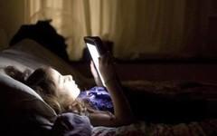 卧床玩手机致截瘫 卧床玩手机的注意身体了