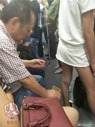 曝武汉地铁恶心男 微博爆料 疑似地铁偷拍女生裙底