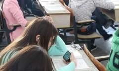 上课玩手机被夹碎 高中学生上课玩手机被家长夹碎