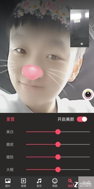 你可以添加兔耳朵或者小猫胡须来增加聊天时的乐趣,并且相机助手还