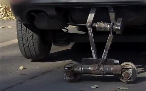 《出行有料》中国小伙发明侧方位停车器