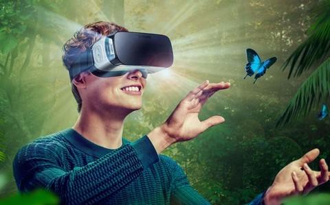玩VR抱狗壮胆 却抱住了狗屁股 想过狗狗感受么