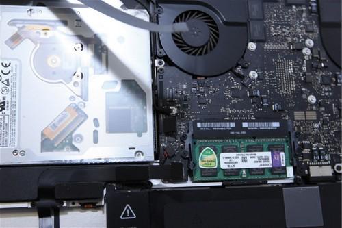 拔掉硬盘,光驱,音箱与主板的连接线
