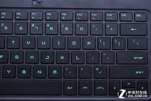 来看雷蛇灵刃的键盘区域,虽然为游戏本,但是这款笔记本的尺寸着实很小