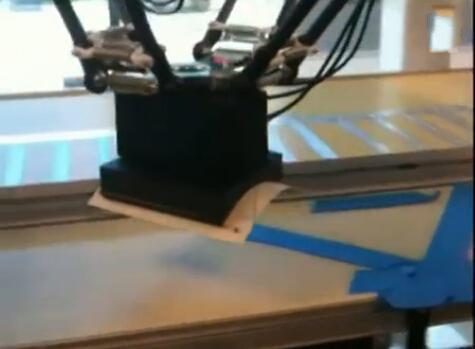 利用静电原理搬动物体的机械手臂(图)