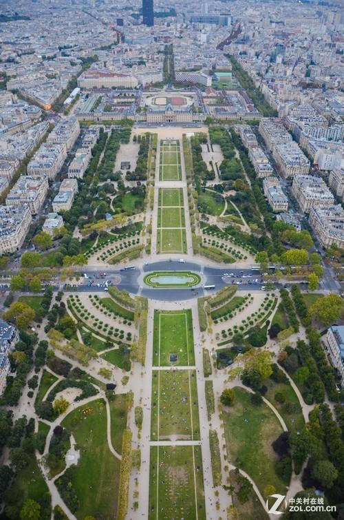 在埃菲尔铁塔上俯瞰战神广场