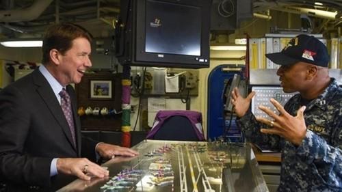 男子参观美国里根号航母:这电脑系统真是亮了