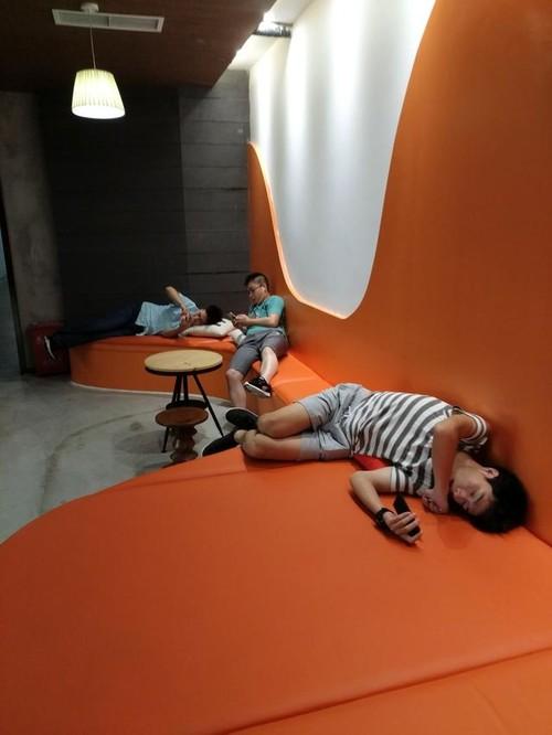 美女们睡法让人眼花缭乱,成都这家公司为员工营造午休天堂