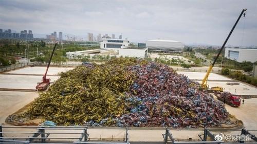 """厦门出现壮观""""车山"""":8万辆共享单车堆一起"""
