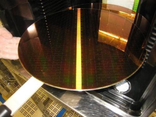 是指硅半导体集成电路制作所用的硅晶片,由于其形状为圆形,故称为晶圆