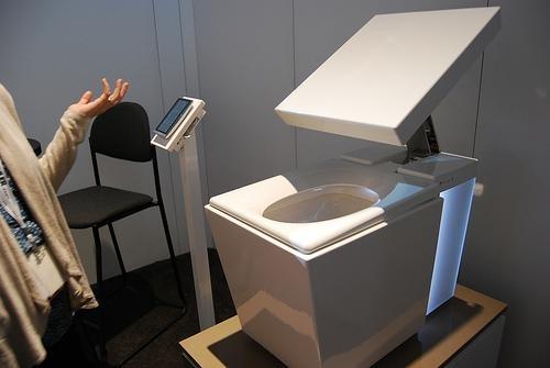 甚至可以控制使用马桶时所播放的音乐,另外还有足部保暖的装置.