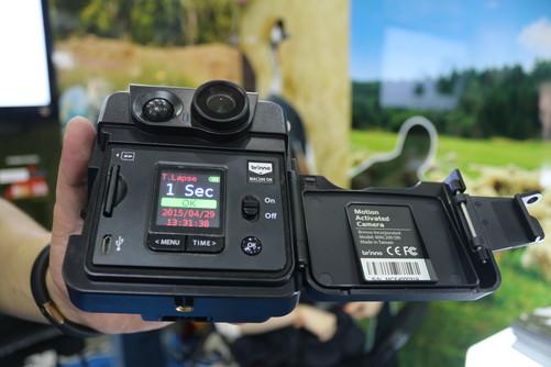 "Brinno推出一款电池供电的家用监控摄像头,该产品具备低功耗和延时拍摄,可以在任何时间、任何地点查看家中及门前安全情况,并支持动态视频及录音功能。 前门安全解决方案是由Brinno""针孔""监视器,这是一个可以被安装到任何门上的专业照相机。内置PIR传感器,当检测到门前有物体经过或图像发生变化时,会自动记录到Micro SD卡中;通过该监视器可以连续播放快照或720P高清图像。供电方面,只需要4节最普通的AA电池,可持续供电4~6个月。"