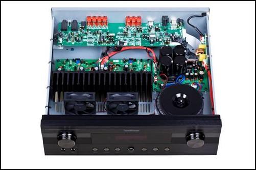 随着音频科技和数码技术的飞跃发展,现在的卡拉OK效果器早已经超越了当年的以日本三菱出产的卡拉OK模拟芯片M65831为主的模拟效果的卡拉OK机,取而代之的是内置大规模的DSP声场效果处理电路的数字卡拉OK效果器。这类效果器当属目前专业商用KTV包间卡拉OK效果器的主流产品,其主要特点就是摈弃了模拟音频混响和回声电路,取而代之的数码量化的32bitDSP、只有专业KTV包厢才可能具备的REVERB卡拉OK声场效果处理电路REVERB效果(Reverb就是虚拟各种自然空间的特效,Reverb数字组合的算法实现