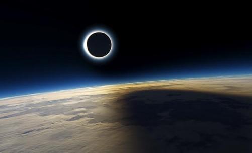 因此从地球上看,月球的角大小变得越来越小,慢慢地月亮不能遮盖太阳.