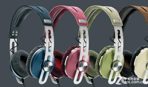 森海塞尔MOMENTUM On-Ear耳机在设计方面相比同系列耳机更具有时尚魅力,多彩的颜色更适合年轻人使用,在支撑结构上,采用不锈钢材质,其余则使用意大利柔软的Alcantara材质,为了让用户拥有更舒适的佩戴,耳垫填充了两层特殊的泡棉,耳杯上附加了高度滑动球街头,可以在滑动块上跑动,其贴耳式耳机的金属内嵌式控制部件和支持苹果设备的话筒,可通过指尖来完成打电话和音乐播放之间的切换。