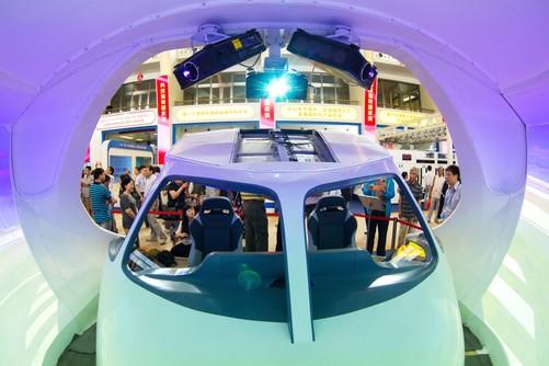 机被安装在飞机驾驶舱顶