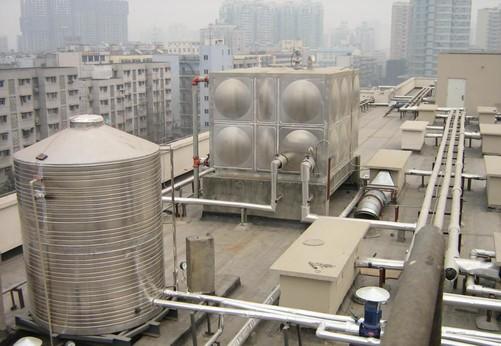 楼顶的水箱极易出现污染图片