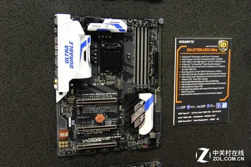 在今年的COMPUTEX电脑展上,技嘉不仅为我们带来了全新的X99系列新品主板,桌面级的产品也没有落下,基于Z170芯片组的超耐久主板产品也被展出,这款Z170X-UD3 Ultra就是其中一款,与设计师系列的主题类似,这款主板也选用了蓝白作为主色调,整体更加简约,但是简约却不简单,功能可是一个都不少。