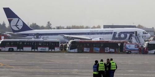 东航一架由上海飞往北京的md--11飞机前起落架出现