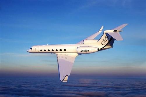 湾流G550公务机(Gulfstream G550),是国际顶级远程喷气式公务机代表机型之一,由美国湾流宇航公司于2003年推出,是人类飞行史上首架直航范围能从纽约直达东京的超远程公务飞机,可搭载18名乘客,是国内航程最远、性能最优、客舱最宽敞、舒适性最好的豪华公务机。
