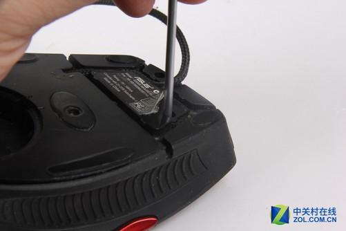 华硕gx900游戏鼠标产品标签右侧隐藏着一颗固定螺丝