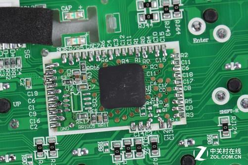 灵逸黑寡妇 87键机械键盘主控电路板上漏掉的不仅仅只有一颗8针芯片