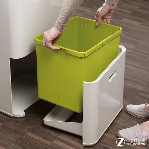 针对有异味的厨余垃圾,还专门设计了存储空间,在内部,还带有过滤器,通过内部的装置,可以实现过滤垃圾中的异味,十分人性化。值得关注的是,这款新式厨房垃圾桶还带有四个万向轮,方便用户进行移动操作。万向轮在不使用的时候,还可以锁定,确保了在使用过程中的稳固。目前这款新式厨房垃圾桶已经在国外开售,报价为250美元,折合人民币大约为1631元。