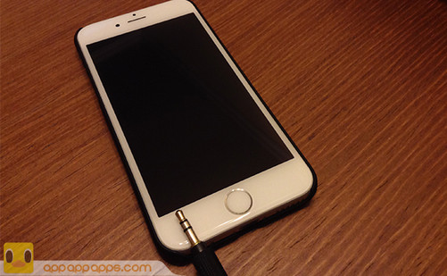 iPhone现在的屏幕尺寸为4.7和5.5寸,其实比很多Android手机都小。不过比较机身尺寸,iPhone有时甚至比一些屏幕尺寸更大的手机还要大。主要原因就是机身顶部和底部的边框,也就是配置Home键的位置。只要去除这两个边框,iPhone机身就可以大大缩小。而且正面设计可以更简约,只剩下屏幕。