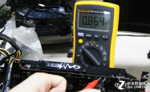 待机条件下电压如图 从图中可以看到在待机条件下两者的数值基本相等,说明我们这套测试方法还是可用的。接着我们打开烤机软件,让显卡在高负载的情况下运行,这时显卡会调整到较高的电压以达到更高的频率,显示的数值开始有了些区别,两者对比如图。
