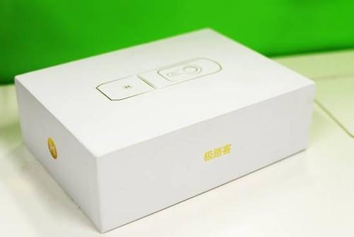 于市面上普遍使用的牛皮纸外盒,极路客采用的纯白色极简风格包装设计