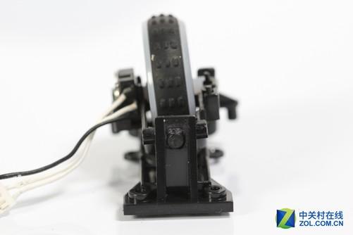 雷蛇曼巴眼镜蛇竞技版游戏鼠标滚轮结构较为复杂,整个滚轮模组由鼠标