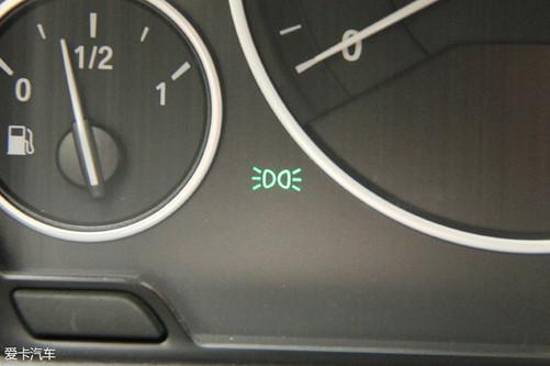 打开车辆远近光灯后会看到仪表盘上的车灯指示灯亮起.