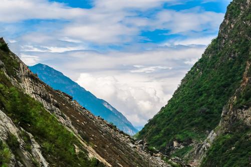 尽管山险水急,但虎跳峡的风景依旧十分美丽