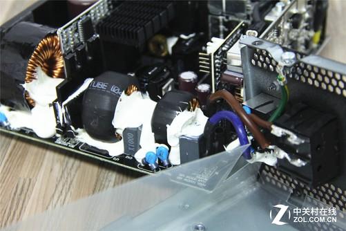 来到主电路板,电流进入二级EMI滤波电路,海盗船和鑫谷都布局了两组X电容和电感,进一步过滤杂波,让进入电源的电流更加纯净。 下一步到达整流桥,这里将交流电变成脉冲直流电,两者也都采用了2颗整流桥,锁在大尺寸的散热鳍片上,保证散热的余量。