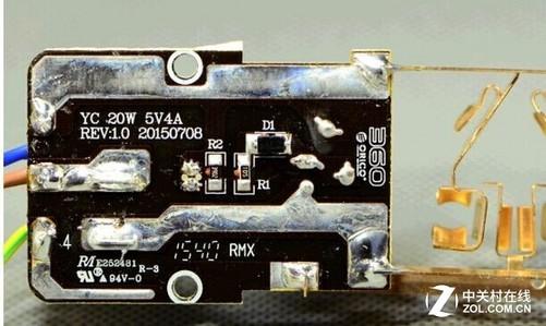 每逢双11购物季,不少电子发烧友会购置大批3C产品,所以智能设备充电问题也要考虑进去。普通插线板没有USB口,为当下流行的手机、平板电脑充电还要准备很多插头,而由360最新推出插线板则自带USB口,这样就不用再使用插头,直接插上数据线就可充电。 那么360插线板的性能和颜值到底怎样?是否值得买?小编特意对360安全插线板做了详细的开箱评测。本次拆解和评测的是360安全插线板 - 瘦版,型号为 360 DPC-3A4U。 开箱晒单