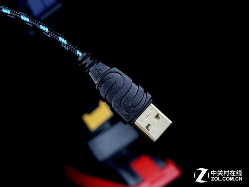 新贵猎鲨豹8000游戏鼠标使用USB接口与电脑进行连接,USB接口使用新贵特有的造型设计,可以让玩家快速识别。为防止锈蚀,USB接口金属部分使用镀金工艺进行处理。鼠标连接线采用尼龙编织材料制作,长度达到200cm,作为一款普及型游戏鼠标,虽然算上USB插头才达到200cm长度,但已可让人感觉到满满的诚意,毕竟这么多年来,大多数普及型鼠标线材长度都是徘徊在140~150cm,最多不超过180cm。