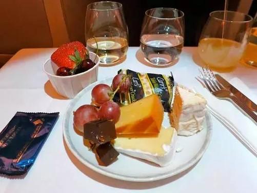人家的飞机餐 当然飞机餐不好吃,我们是有理由的,飞机飞的海拔高啊,气压大啊,噪音大啊,导致大家吃啥都没味啊。而且飞机上的食物都是提前加工好再在飞机上加热的所以难免会不好吃啊。总之,总之不好吃的原因绝对不是我们没有用心去做。 其实具体是啥情况笔者就不多说了,虽然大部分人吃到的飞机餐都不算可口,但其实在全球N家航空公司的菜单里其实也不乏大餐,下面就让我们一起来看看吧。 日本航空 经济舱:日本的便当文化都融入到飞机餐里了 美味指数: