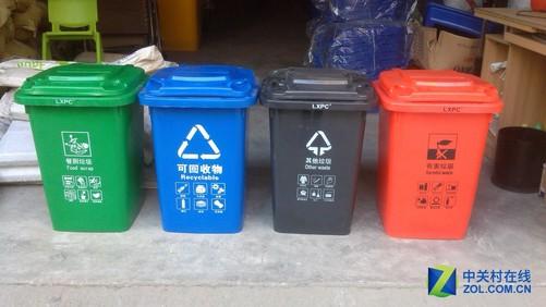 小区内的分类垃圾桶