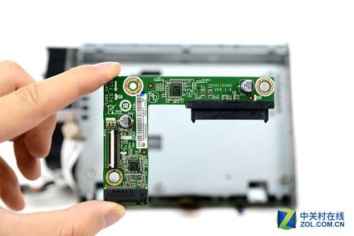 最后点评: 本次我们对联想投影电脑610S的主机部分进行了拆解,总体而言可以看出联想在这款产品上的用心,小巧机体里藏着如此复杂的设计,同价位产品中实属良心。我们可以看到,麻雀虽小五脏俱全,联想投影电脑610S没有因为体积的限制损失自身的扩展能力,其后部面板搭载了多种接口SPDIF接口、4*USB3.